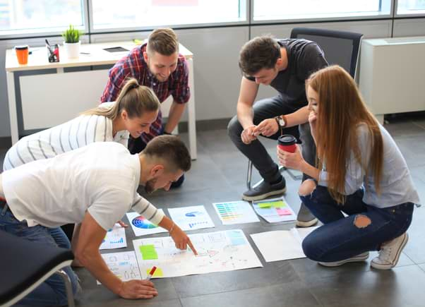 Grupp planerar på golvet