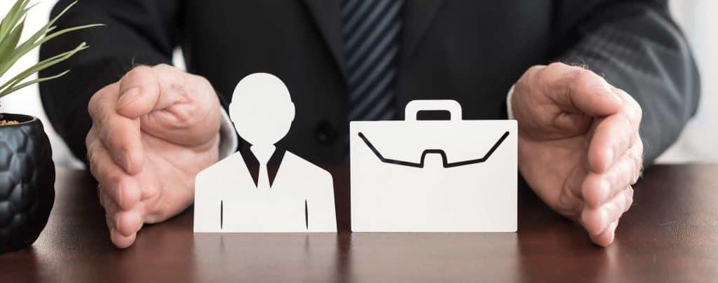Man illustrerar företagsförsäkring med händerna