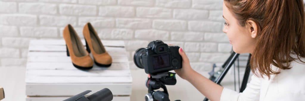 Kvinna fotograferar produkt till eget företag