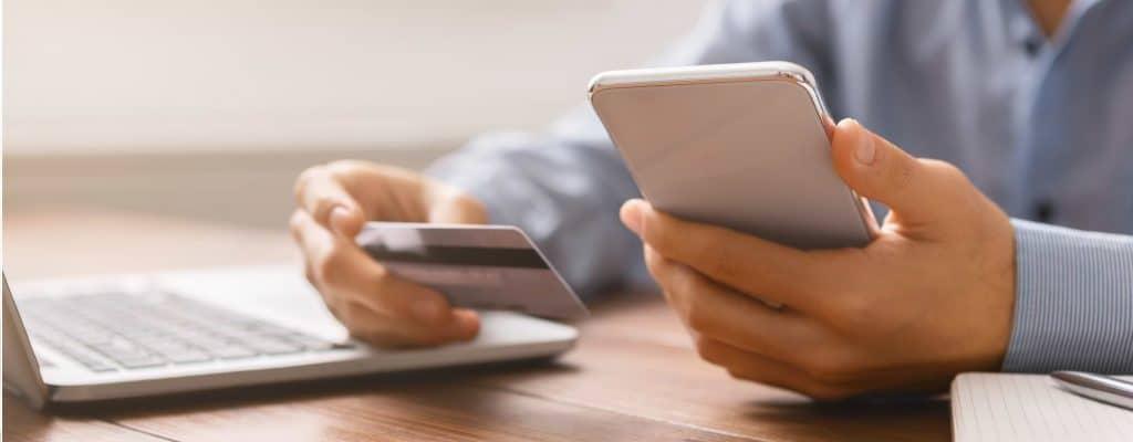 Konsument som betalar online med kreditkort