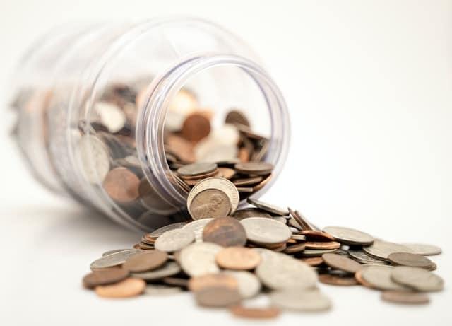 En burk med mynt.