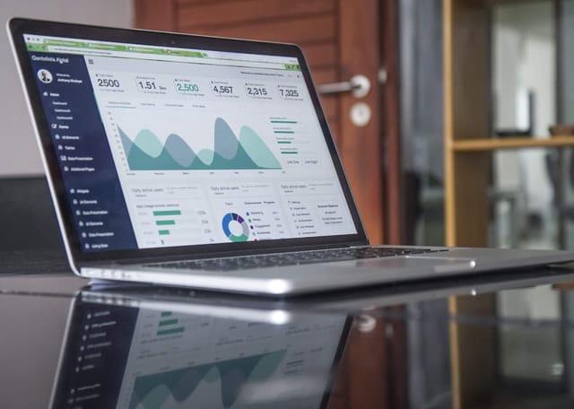 En laptop med information om börsen.